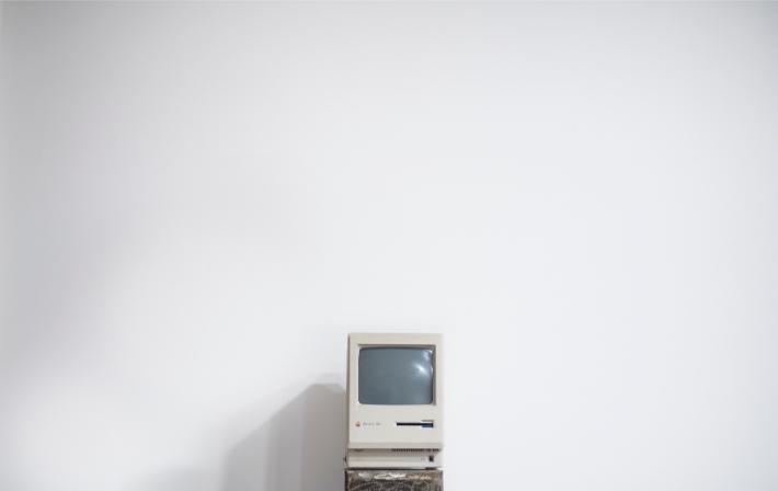 Oude computer, zoals de verouderde computersystemen waar de WannaCry-ransomwareaanval zich op richtte